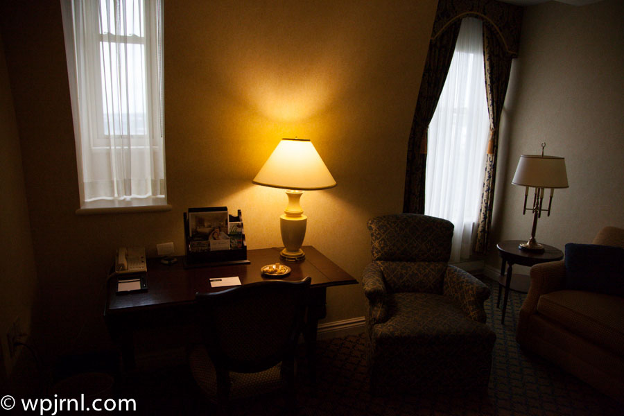 Fairmont Chateau Frontenac Gold Room - Desk